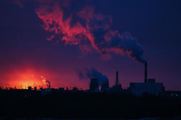 Красочный восход солнца над электростанцией