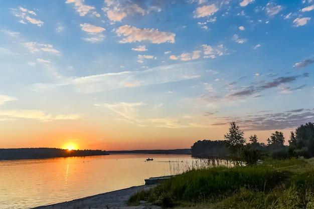 Красочный закат и люди купаются в озере