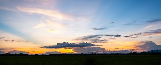 Красочный закат и восход солнца с облаками. синий и оранжевый цвет природы. многие белые облака в голубом небе. погода сегодня ясная. закат в облаках. небо в сумерках.
