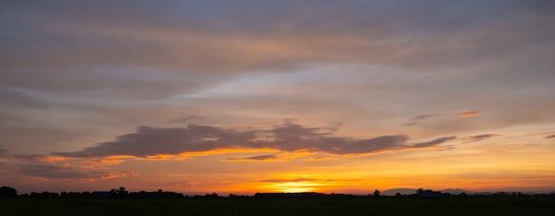 다채로운 일몰과 구름과 일출. 자연의 파란색과 주황색 색상. 푸른 하늘에 많은 흰 구름. 날씨는 오늘 분명합니다. 구름에 일몰. 하늘은 황혼입니다.