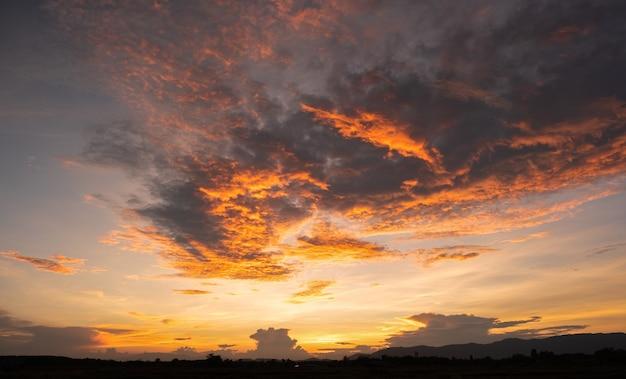 Красочный закат и восход солнца с облаками. оранжевый цвет природы. многие облака в небе. закат в облаках. небо сумерки.