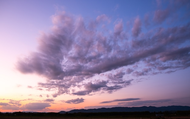 カラフルな夕日と雲と日の出。
