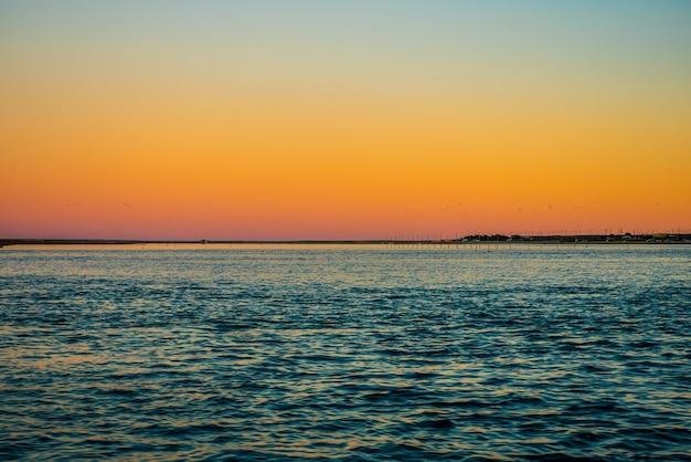 Красочный закат на пирсе фаро.