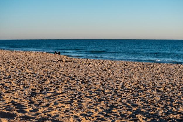 Красочный закат на пляже фарос.