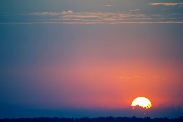 夕方の空にカラフルな夕日