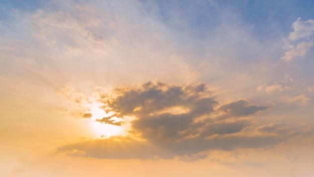 空、雲、太陽光線の色鮮やかな夕焼け。