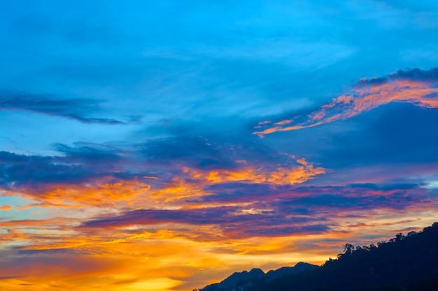 熱帯の島に沈む夕日