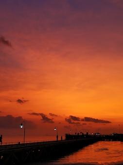ビーチのカラフルな夕日。水中の夕焼け空の反射