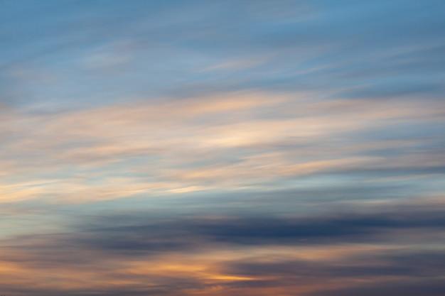 Красочный закат или восход солнца в небе. небо и облака окрашены в разные нежные цвета.