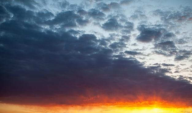 하늘에서 다채로운 일몰 또는 일출입니다. 하늘과 구름은 서로 다른 섬세한 색상으로 칠해져 있습니다.