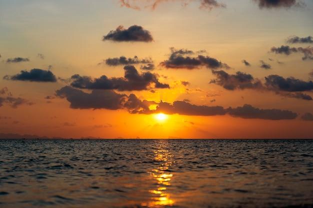잔잔한 바다 물 위에 화려한 일몰입니다. 여름 휴가 개념입니다. 태국 코팡안 섬