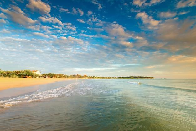 Красочный закат над океаном на мальдивах