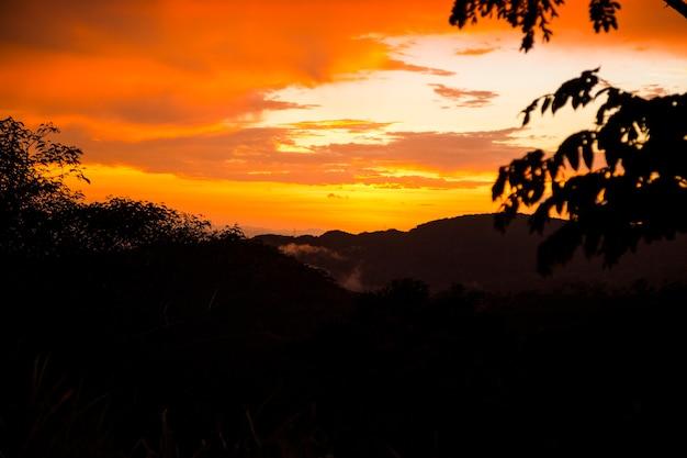 山の丘の上のカラフルな夕日