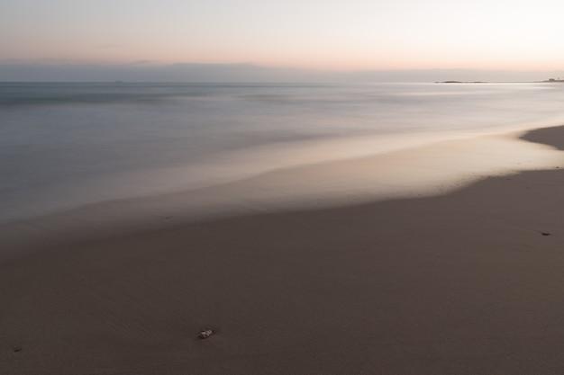 Красочное закатное небо и море с размытым движением