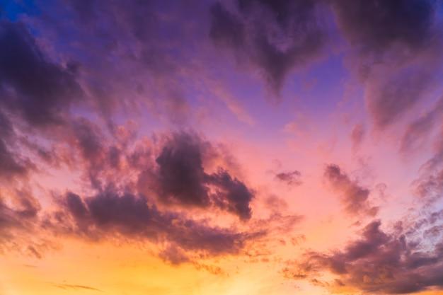 夕方のカラフルな夕焼け空