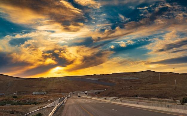 道路上のカラフルな夕焼け空