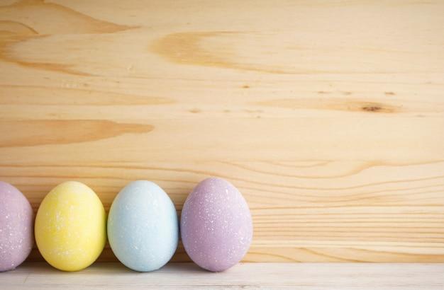 Красочная поверхность пасхальных яиц на деревянной поверхности, место для текста