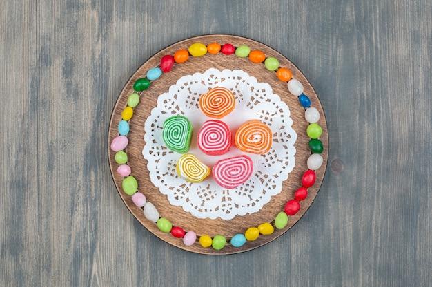 大理石の表面にカラフルな甘いキャンディー