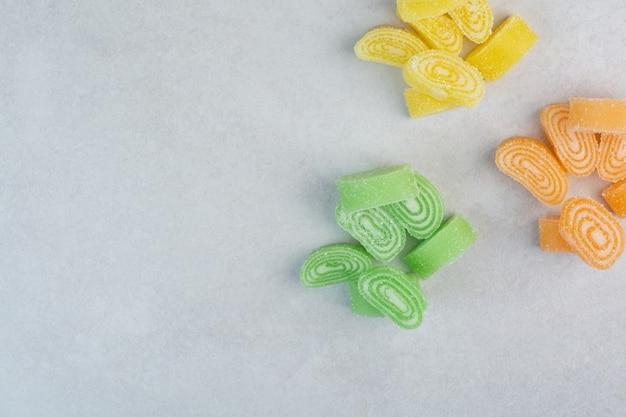 Красочный сладкий мармелад на белом фоне. фото высокого качества