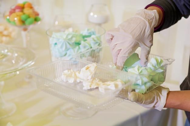 結婚式のお菓子とカラフルなテーブル、結婚式のお祝いの甘いテーブル