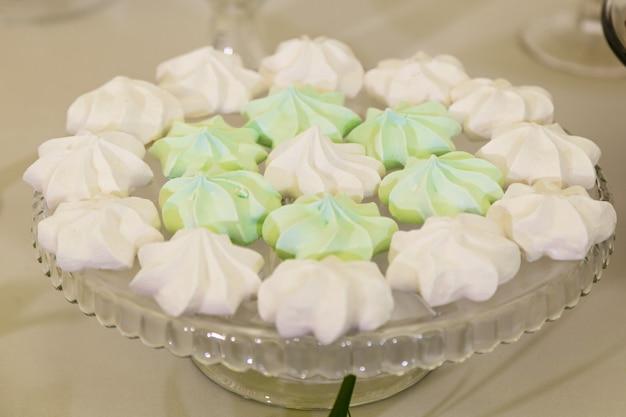 결혼식을 위한 과자가 있는 다채로운 테이블, 결혼 축하의 달콤한 테이블