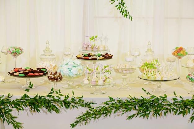 Красочный стол со сладостями на свадьбу, сладкий стол на свадебное торжество