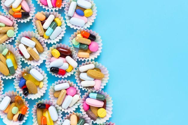 Красочные таблетки с капсулами и пилюли в обертках для кексов