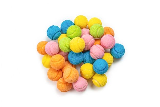 Цветастые теннисные мячи изолированные на белизне.