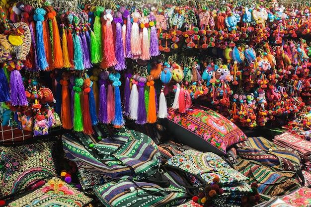 市場に出回っているカラフルなタイ風生地、タイ