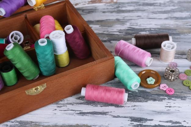 Разноцветные нитки для рукоделия в деревянной шкатулке