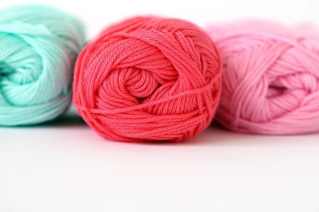 Разноцветные нитки на столе