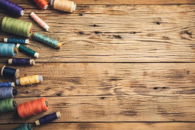 木製のテーブルの上のカラフルな糸
