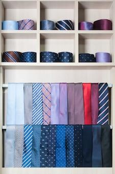 Коллекция красочных галстуков в витрине
