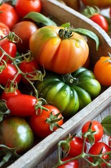木製のテーブルのトレイにカラフルなトマト