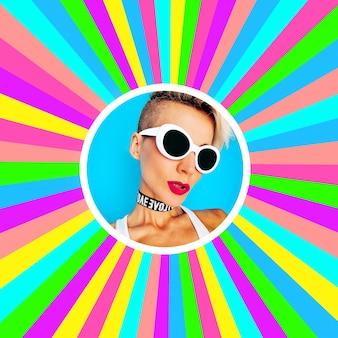 Красочная девчонка-сорванец в стильных аксессуарах очки и чокер party style trend
