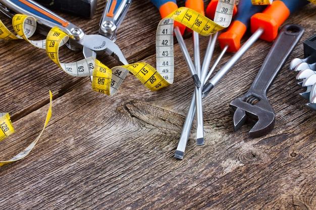 木製の老化した背景にカラフルなツールキット
