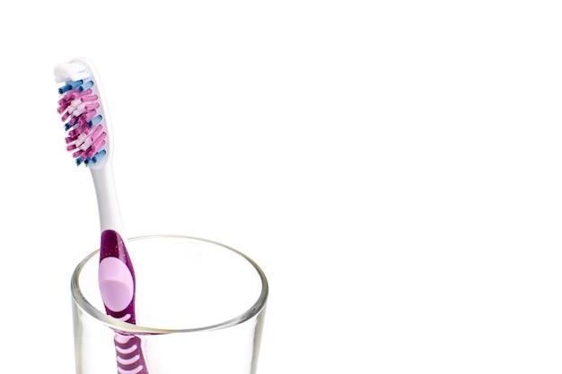 ガラスのカラフルな歯ブラシ。口腔衛生の概念