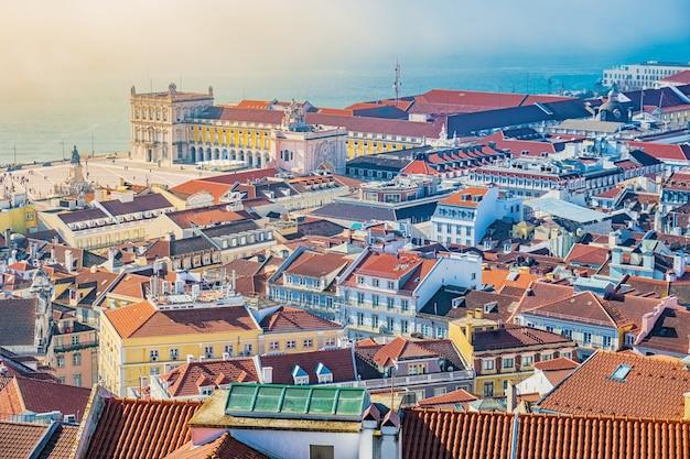 Красочный вид сверху на лиссабон, португалия.