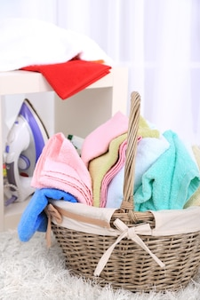 홈 인테리어에 바구니에 다채로운 수건
