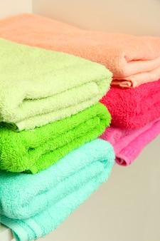 Красочные полотенца на полках в ванной комнате