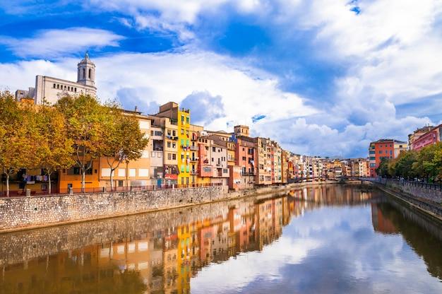 Красочный город недалеко от барселоны, испания