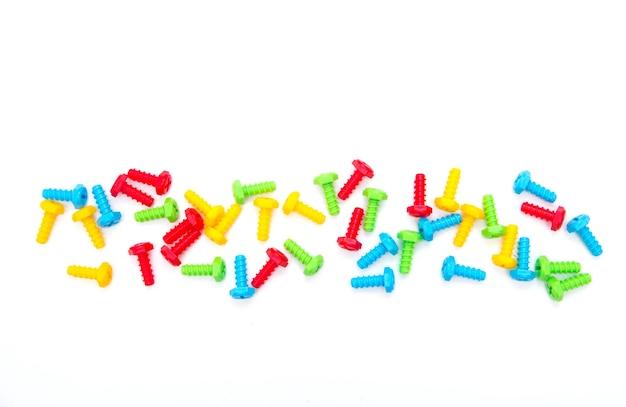 다채로운 장난감 볼트입니다. 건설 장난감. 나사의 배경입니다. 볼틱. 플라스틱 장난감.