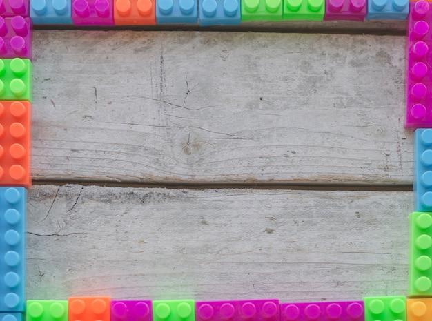 Рамка из красочных игрушечных кирпичей Premium Фотографии