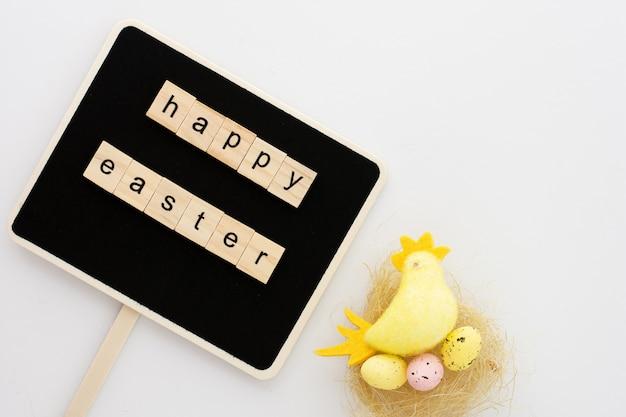 イースターの挨拶とカラフルなおもちゃの鶏