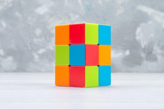 Красочные игрушечные конструкции, разработанные и сформированные на светлом столе, игрушечный пластик