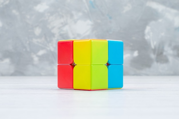 Красочные игрушечные конструкции, разработанные и сформированные на белом, игрушечном пластике