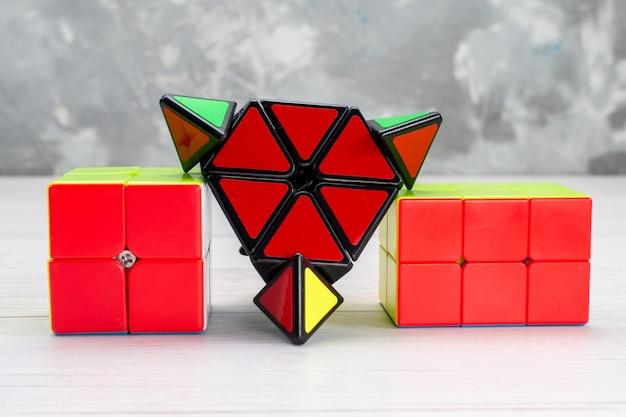 Costruzioni giocattolo colorate disegnate a forma di rosso su plastica leggera
