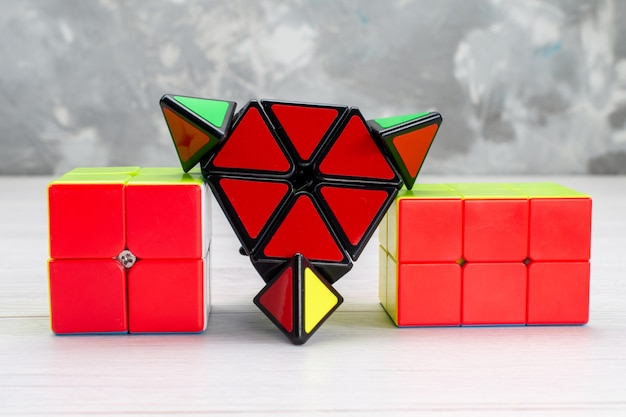 軽いおもちゃのプラスチックで赤く形作られたカラフルなおもちゃの構造