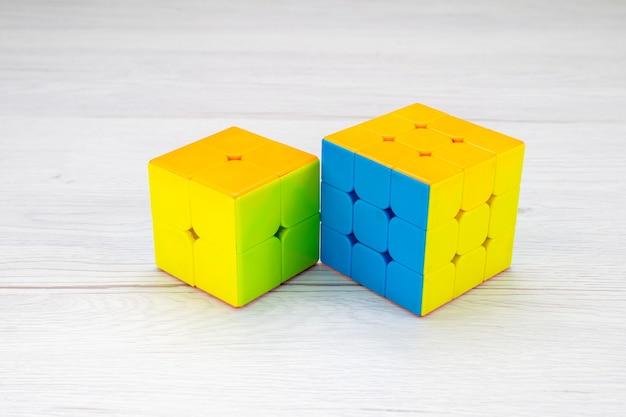 Красочные игрушечные конструкции, разработанные в форме на светлом столе, игрушечный пластик