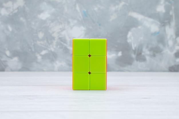 Красочные игрушечные конструкции, созданные в форме на свету, игрушечный пластик